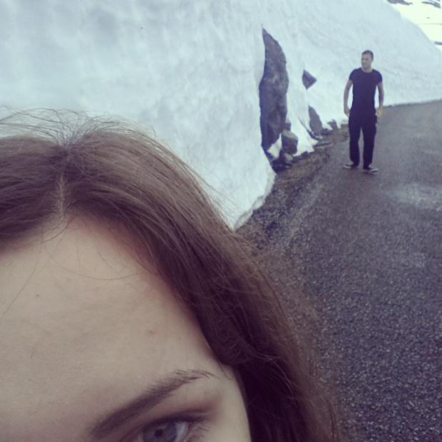 Uzbraucot augšā kalnos, sastopamies ar 6 grādu temperatūru un milzīgiem sniega vāliem, apmēram divtik manā auguma!