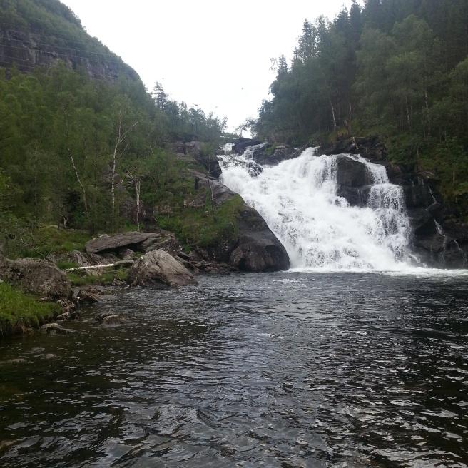 Braucot pa Norvēģijas ceļiem, visai parasta ainava ir iespaidīgi ūdenskritumi.